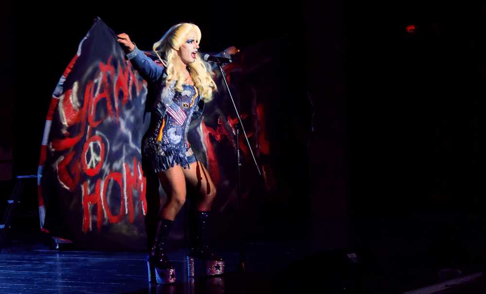 Hedwig ve Angry Inch Sahnede !