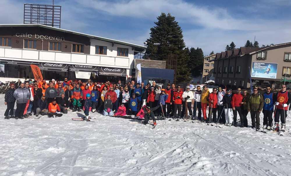 Uludağ'dak görme engelli gençler ilk kez piste çıkıp kayak yaptı