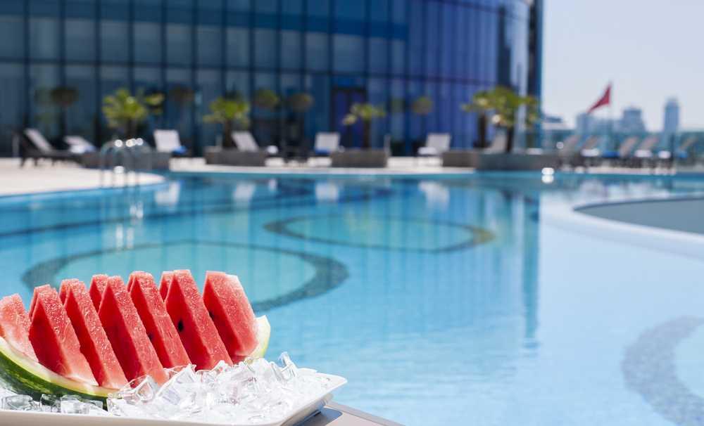Elite World Asia Hotel 'de adalara karşı havuz keyfi
