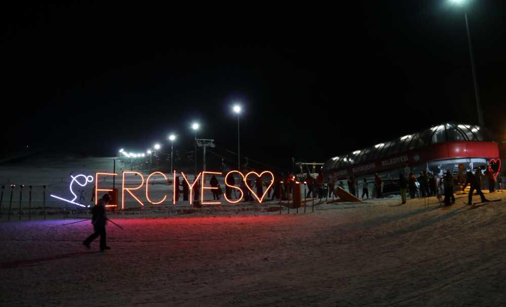 """Gece kayakçıları eksi 15 derecede Erciyes usulü """"sıcak şıra"""" ile ısınıyor"""