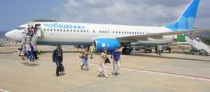 Pobeda Havayolları uçağı su takıyla karşılandı